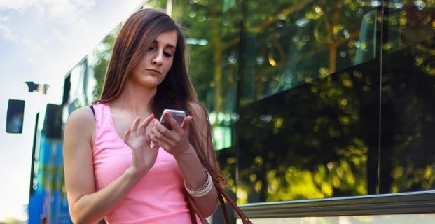 Dívka se smartphonem se registruje do soutěže o odměny