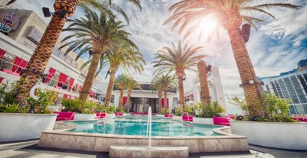 Úžasný bazén s palmami v exotickém dovolenkovém resortu Los Angeles