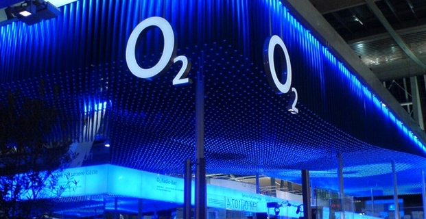 Zářivý neonově modrý stánek společnosti Telefonica o2 s logem